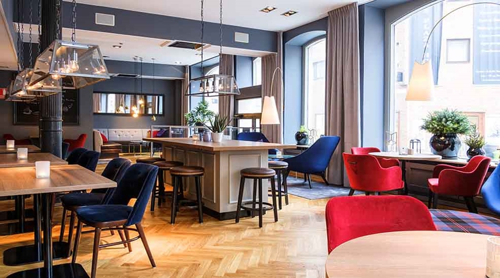 Siddegrupper og spiseområde i restauranten med stole hos Clarion Collection Hotel Temperance in Malmø